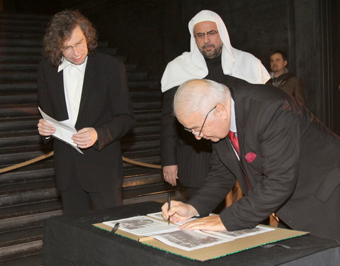 Prof. Riadh Al Dabbagh (Ajman University of Science and Technology) ondertekent het charter